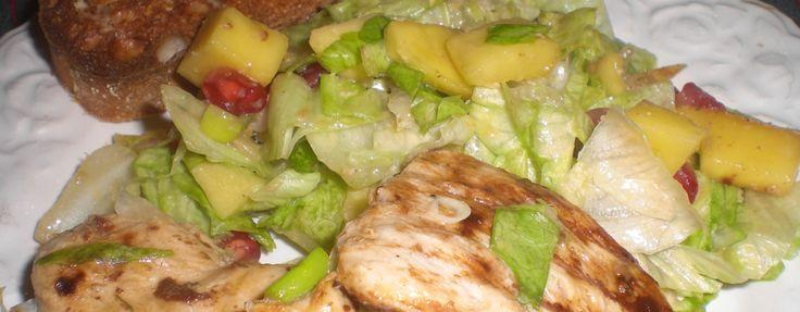 Mango-granatæblesalat med stegt kylling - Dejlig frisk salat med lidt anderledes, men spændende, ingredienser. Normalt steger vi brystfileterne hele og skærer dem i skiver bagefter, men kødet var ikke helt tøet, så vi valgte at skære det i skiver, så det tøede hurtigere.   - http://www.dropslankekuren.dk/tophistorie/mango-granataeblesalat-med-stegt-kylling/