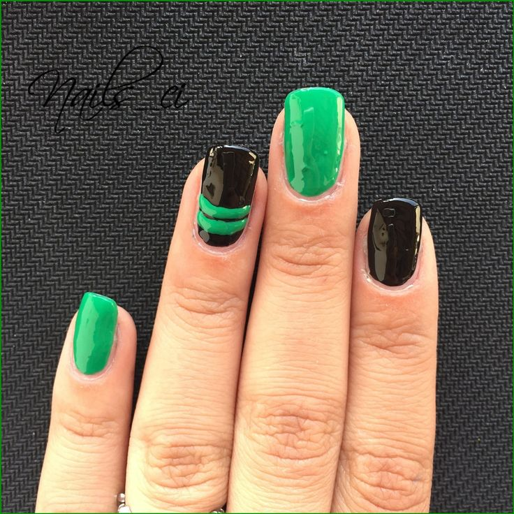 - Unghie Nero e Verde con righe -