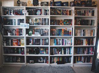 Assim como a luz do sol. | 24 estantes que vão provocar arrepios em qualquer amante de livros