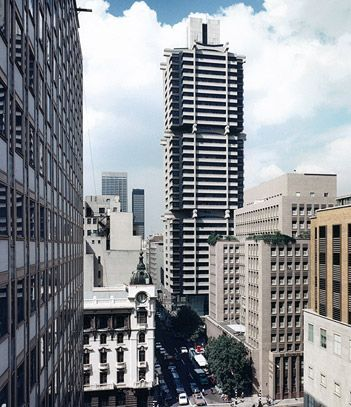 The #StandardBank building, #Johannesburg, #SouthAfrica. Built from the top down. After the central core was built, the floors were suspended from 3 cantilevered arms.