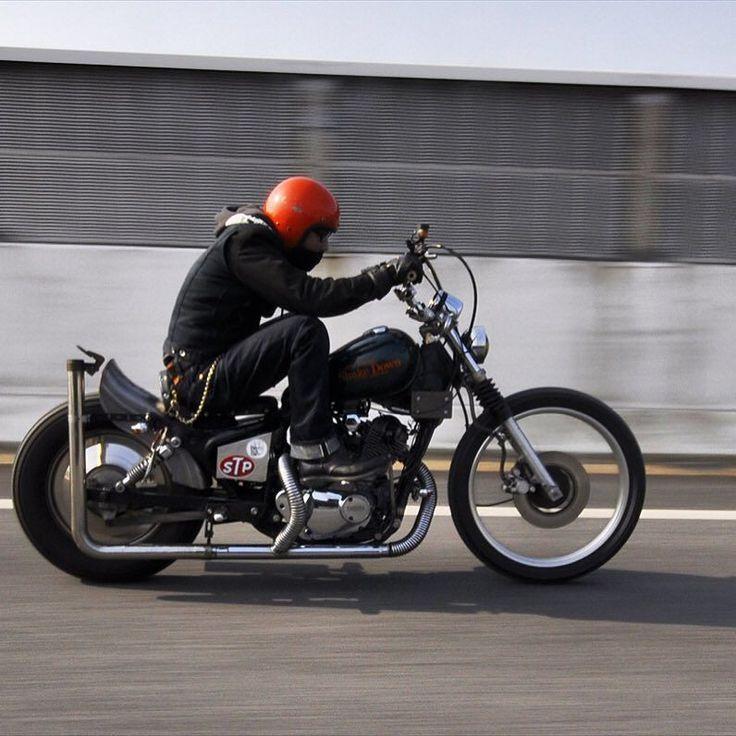 久しぶりにバトン回して頂きました @crw_aniki さんより#バイクに乗る時の格好を晒す との事でハンドル変更前ですが良いカメラで撮ってもらったヤツを 基本バイクに乗る時と普段着は変わりませんがw 上はオーシャンビートルのインナーダウンにパーカーSocal Speed Shopのワークジャケット 下はほぼ年中履いてる児嶋ジーンズの23ozデニム(もちろん中にはパッチ履いてますよ) ブーツは8年愛用のRed Wing 2243(知らずに買ったPT91) ああと目が悪いのでバイク用に度入りで作ったMonkey Flipのメガネも必須アイテムですね こんな感じですw by don_yoshiki