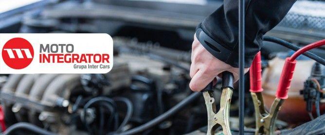 Jak zadbać o akumulator w zimie? Akumulator w czasie niskich temperatur ma trudne warunki do pracy. Spada jego efektywność, a silnika stawia wyższe opory podczas rozruchu. Zima jest więc szczególnym okresem, w którym każdy kierowca powinien zadbać o dobrą kondycję samochodowej baterii. Radzimy, co zrobić, aby w czasie mrozów uniknąć przykrych niespodzianek i problemów z rozruchem. #porady #zima #akumulator