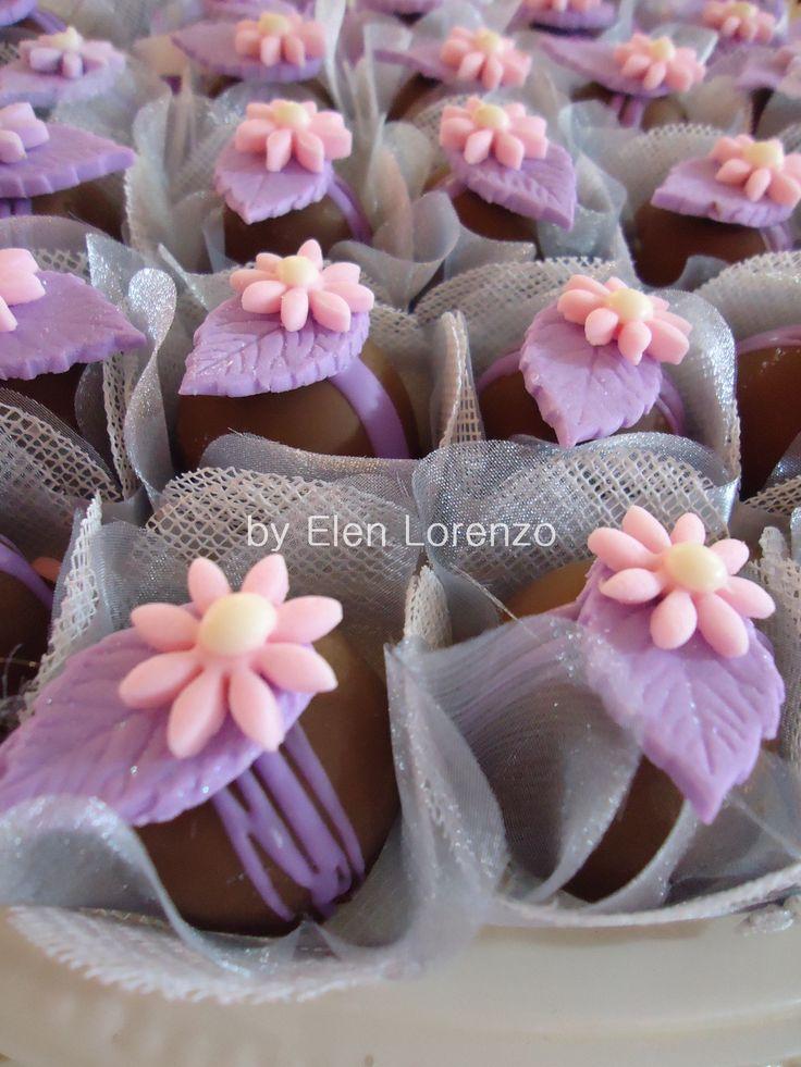 Bombons de chocolate decorado com flor.