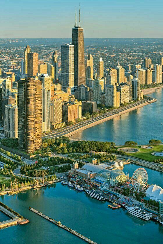 Vista aérea de Chicago y su muelle de la Marina