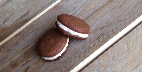Met dit makkelijke recept maak je zelf gezonde macarons! Het gaat om macarons met chocolade hazelnoot smaak. Niet moeilijk, wel ontzettend lekker!
