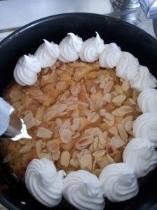 Torta di mele e mandorle meringata