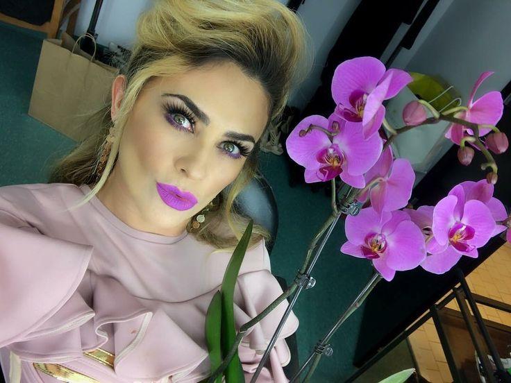 #Repost @aracelyrambula (@get_repost)...Feliz jueves #Arafamilia terminando un mes agradeciendo la SALUD y las bendiciones de cada día #Gracias por todo su cariño muchos besos desde las grabaciones de Master chef latino rodeada de bellas flores 🌸🍀🌺💐!!! #LosAmooo Muy contenta en las manitas de 🙌🏻 @makeupbyade & @ashlyshands