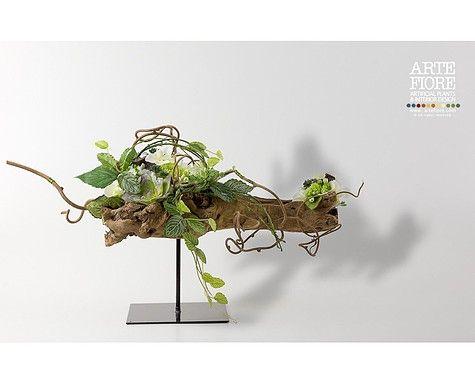Composizione di fiori artificiali con tronco e bacche