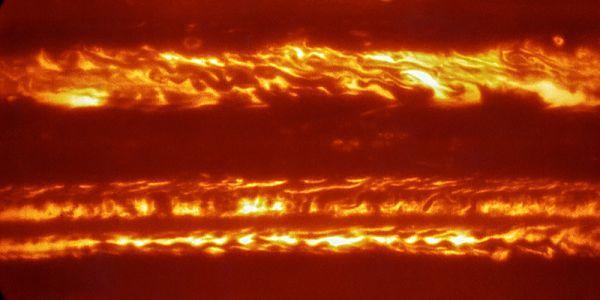 In voorbereiding op de naderende aankomst van NASA's ruimtesonde Juno hebben astronomen ESO's Very Large Telescope ingezet om spectaculaire nieuwe infraroodopnamen te maken van de planeet Jupiter