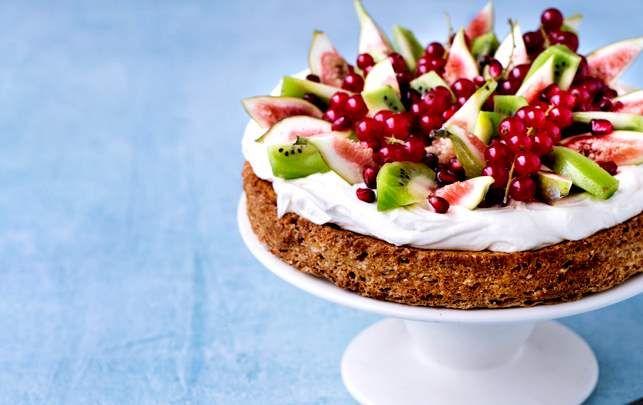 En enkel kage med en fortryllende kombination af saftig nøddebund, syrlig vaniljecreme og frisk frugt.
