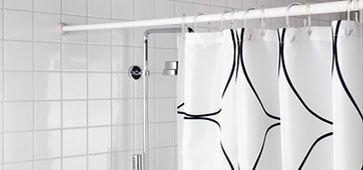 Je kunt een douchgordijn ontdoen van kalkvlekken en andere vlekken door het gordijn op 40ºC in de wasmachine te wassen met een vaatwastablet. Gebruik ook nog een beetje wasmiddel en een scheut azijn. Voeg bij de wastwee of drie handdoeken toe. Dit zorgt voor extra wrijving in