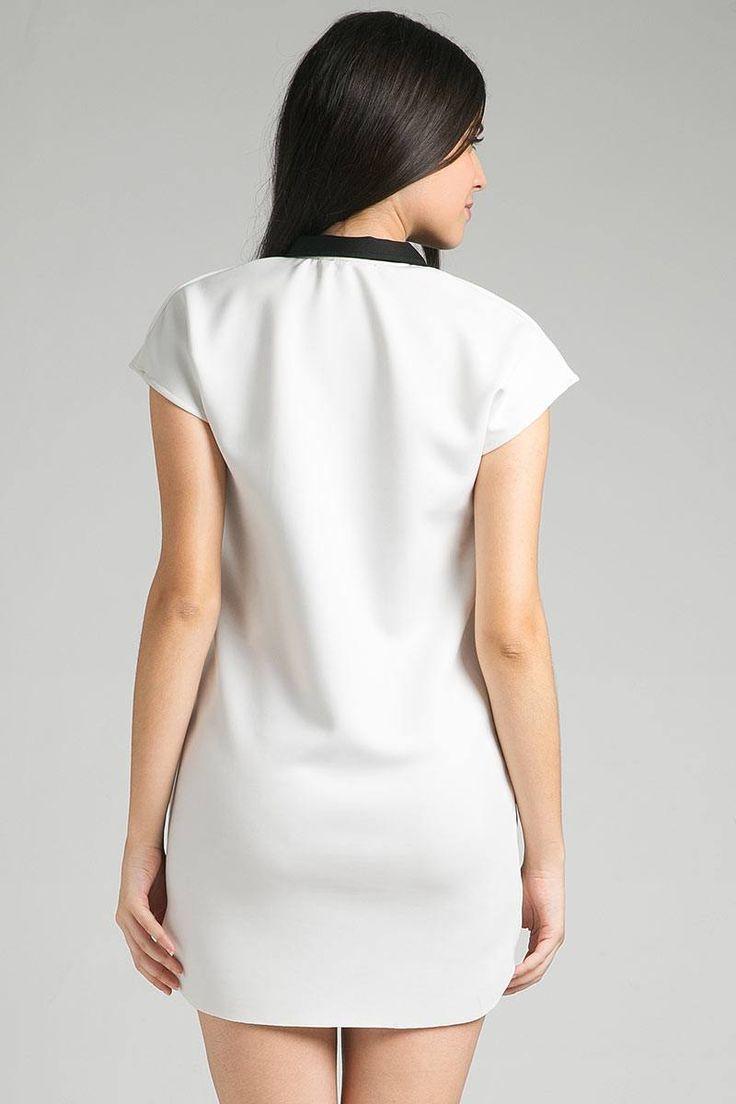 Firly Dress Stratto IDR170.200 Tampil cantik dengan mengenakan mini dress dalam palet warna monokrom. Kenakan aksesoris agar penampilan tidak terlalu polos. Lengkapi penampilanmu dengan mengenakan sepatu hak tinggi.