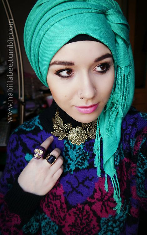 Side-wrapped emerald turban with perfect floral jewelry