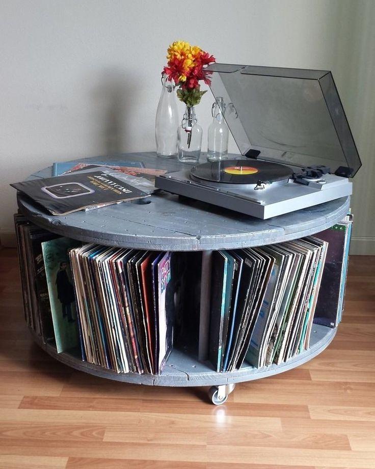 rangement vinyle : meuble de rangement en bois recyclé, tourne-disque, parquet massif et peinture blanche