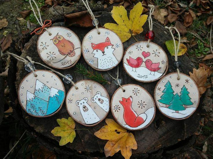 Sui dischetti di legno compaiono decori natalizi!  #decorazioni #legno #pirografo #christmastree