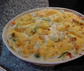 Gemüse-Kartoffelauflauf in einer Frischkäsesoße, mit Käse überbacken
