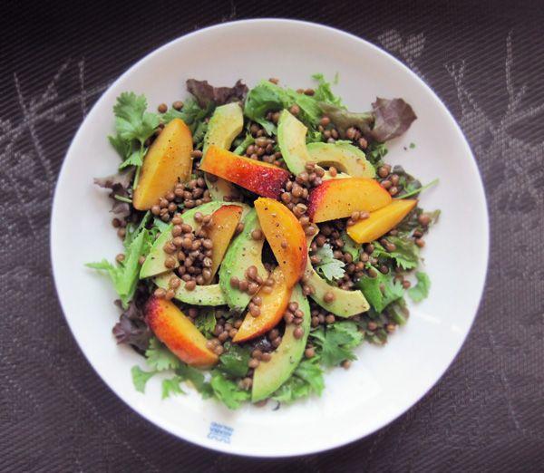 Syötävän hyvä: PERSIKKA-LINSSI-AVOKADOSALAATTI JA MAKEAN KIRPEÄ CHILIKASTIKE