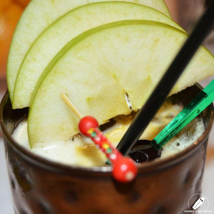 En primerísimo plano los detalles de este cóctel, con manzana Granny Smith como perfecto acompañamiento.    #CopasConEstilo #Bartender #Cocktail #Coctelería #Cóctel #Cócteles #Madrid