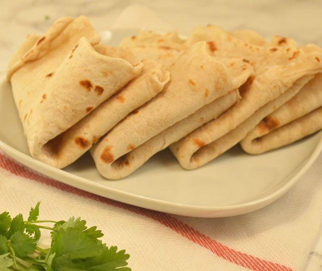 Met slechts 4 (!) ingrediënten maak je zelf de lekkerste platbrood ook wel bekend als Lavash. Water, bloem, zout en een beetje olijfolie.