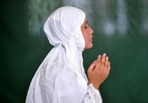 ilustrasi: muslimah berdoa © kabarwashliyah.com