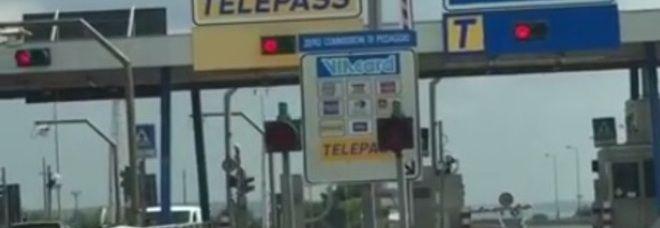 TARANTO Automobilisti intrappolati sull'Autostrada a causa dei caselli andati in tilt. File chilometriche di auto e tutti i semafori dei caselli rossi,