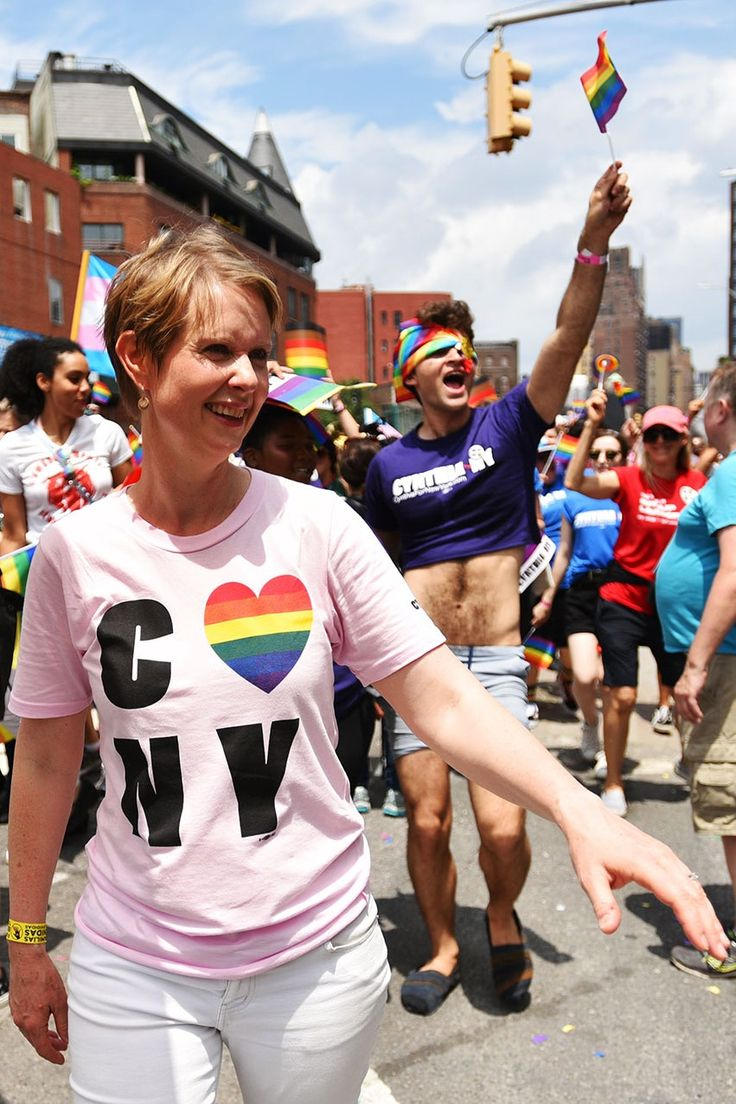 Vogue consultó a la actriz y activista política, Cynthia Nixon, sobre las obras de la literatura queer que impactaron su vida. Cynthia Nixon, Gay, Lesbians, Tik Tok, Pride, Vogue, Woman, Gallery, T Shirt