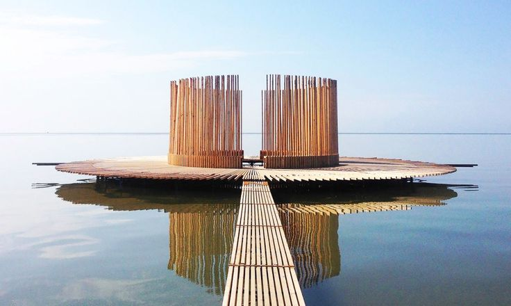 Dutch artist Marc van Vliet created a wooden floating observatory that connects the flat sands, the tides, the sun and the visitors.