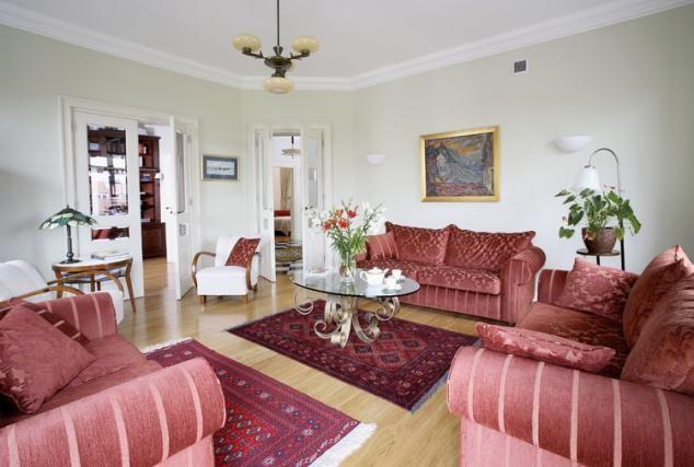 Białe fotele i stoliki art deco przyjechały z Krakowa, lampka w tym samym stylu - z Broniszy. Kanapy kupili w Studio Finezja, stolik kawowy podpatrzyli w rzymskim antykwariacie, ale zrobił go warszawski kowal.