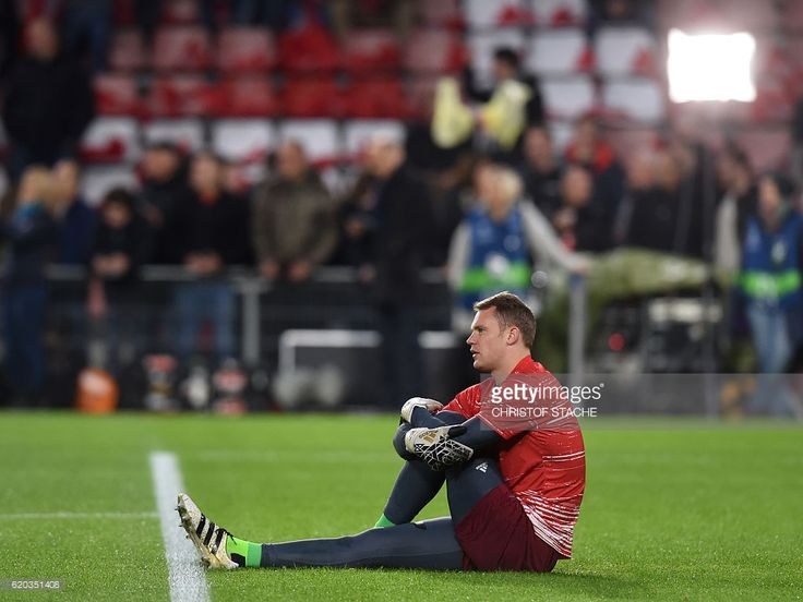 Bayern Munich's goalkeeper Manuel Neuer warms up prior the UEFA Champions League group D football match between PSV Eindhoven and Bayern Munich at the Philips Stadium in Eindhoven on November 1, 2016. / AFP / CHRISTOF