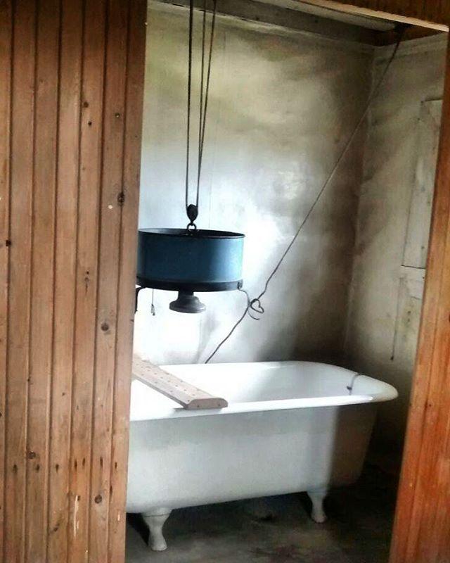 Ai missä Janne otti kohmelokylpynsä pitkien Kappeli- ja Kämp-bakkanaaliensa jälkeen? No tietenkin omassa saunassa ja ammeessa, tätä ultramodernia suihkuapparaattia käyttäen. Ei ihan turkkilaisten kylpylöiden veroinen, mutta oma!