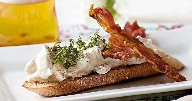 En klassisk hønsesalat med bacon og asparges klæder ethvert stykke rugbrød og ethvert frokostbord. Her får du en simpel opskrift på hjemmelavet hønsesalat med bacon