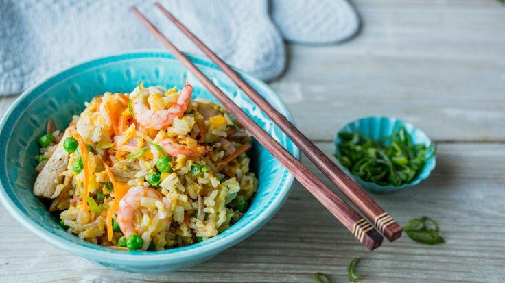 Har du ris til overs fra middagen? Da er asiatisk stekt ris en glimrende måte å bruke det opp, samt rydde litt å kjøleskapet. Du kan nemlig tilsette det du har tilgjengelig av proteiner og grønnsaker.     Denne oppskriften er laget med kokt skinke, kyllingfilet og reker. Du kan selvfølgelig sløyfe noe eller kun ha en av delene i.