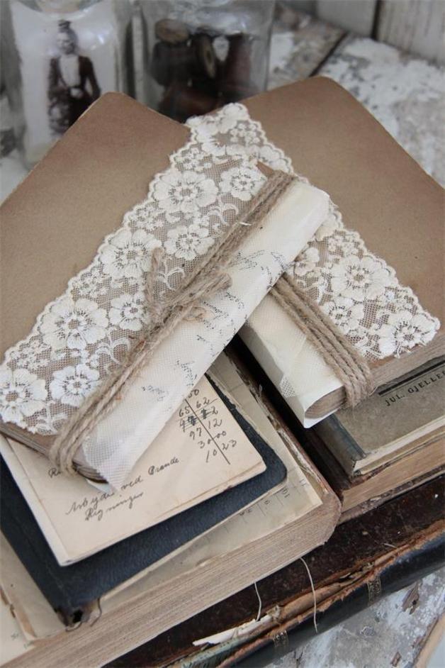 In liebevoller Handarbeit gestaltetes Notizbuch  Notebook  von Jeanne D` Arc living   dekoriert mit Spitze und einem alten  französischem Dokument  Blätter aus antikem Papier in Shabby weiß  Größe:...