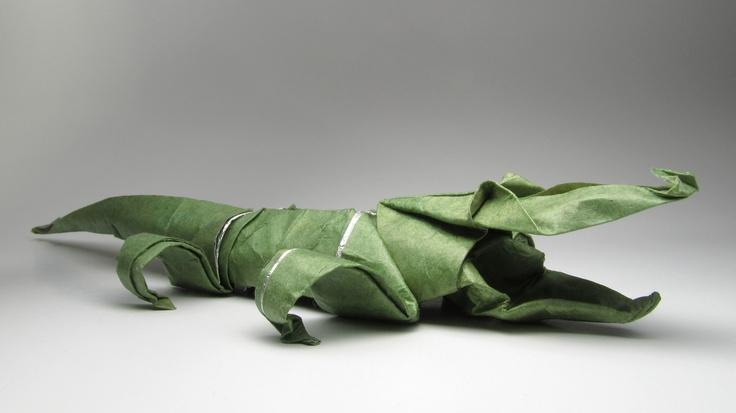 """Alligator de Stephen Weiss. Papel 35x35, """"Kraft-foil"""" (trocando apenas a seda por papel Kraft), papel tingido com anilina. Diagrama publicado no """"Origami-Zoo; Robert J. Lang & Stephen Weiss"""""""