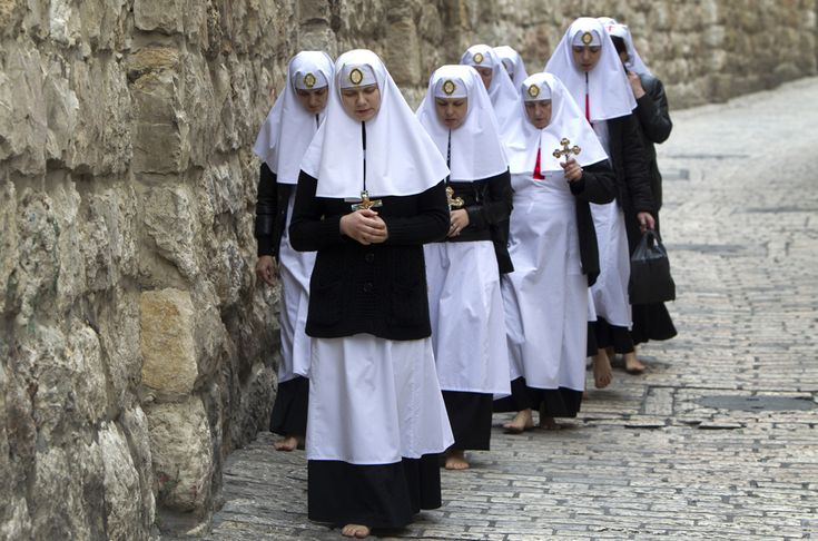 Un grup de călugăriţe creştin-ortodoxe refac, în picioarele goale, drumul parcurs de Iisus Christos spre locul crucificării, cunoscut ca 'Via Dolorosa', în oraşul vechi din Ierusalim, joi, 18 aprilie 2013. (  Ahmat Gharabli / AFP  ) - See more at: http://zoom.mediafax.ro/people/pastele-ortodox-2013-10824778#sthash.AHJ6wGum.dpuf
