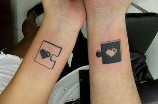 Парная татуировка любовь в виде пазла на запястьях