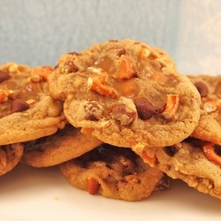 Pretzel Chocolate Caramel Cookies - Chewy cookies filled with salty pretzels, sweet chocolate and caramel. A decadent sweet and salty treat!: Pretzel Caramel, Caramel Cookies Mmm, Chocolate Chips, Pretzel Chocolate, Caramel Chocolate, Chocolate Caramels, Chocolate Chip Cookies, Cookies Yummy, Chocolate Caramel Cookies
