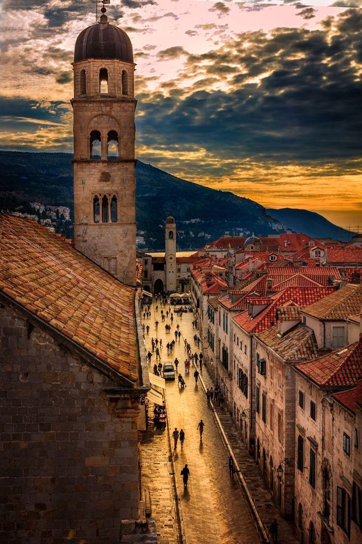 Dubrovnik is één van de mooiste steden langs de Adriatische kust en wordt daarom ook wel 'De Parel van de Adriatische Zee' genoemd. De oude vestingstad is volledig ommuurd en staat op de Werelderfgoedlijst van de UNESCO. Je kunt er dwalen door de smalle straatjes of kuieren langs de promenade.