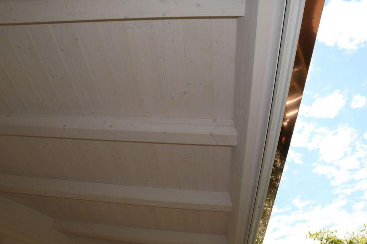 Struttura in legno lamellare di abete con capriata incrociata e brise soleil in legno di larice naturale - Dettaglio del perlinato a vista