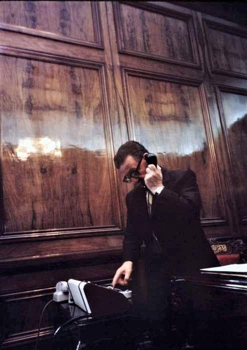 Salvador Allende en su despacho en La Moneda, 1973, pocos meses antes del golpe de traición.  Foto de Bruno Barbey magnumphotos.com