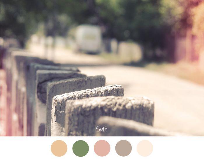 SOFT - Oud hek in een straat. Zachte tinten bruin, roze, groen en geel.