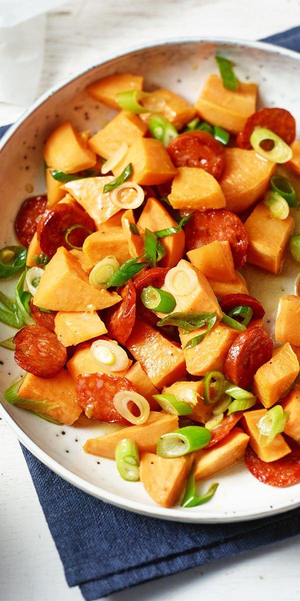 Süße Knolle trifft auf pikante Wurstspezialität: In diesem Süßkartoffelsalat mit Chorizo verbinden sich die beiden gegensätzlichen Aromen zu einem tollen Gericht! Wir zeigen dir, wie du dieses Rezept ganz einfach zuhause nachkochen kannst.