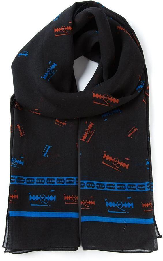 €169, Écharpe imprimé noir McQ by Alexander McQueen. De farfetch.com. Cliquez ici pour plus d'informations: https://lookastic.com/men/shop_items/144729/redirect