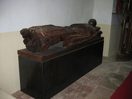 Sarcófago medieval de madera en la Iglesia de Nuestra Señora de la Asunción en Osorno la Mayor (Palencia, Castilla y León).