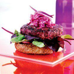 Burger med rødbedebøf - rødbederaita og salat