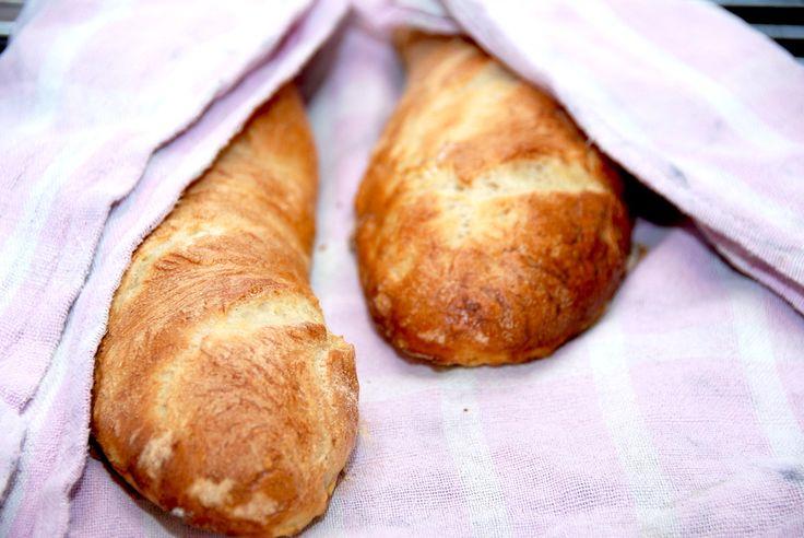 Se hvordan du bager lækre og sprøde flutes med Manitoba hvedemel. Melet giver brødet smag og struktur, og vandet en…