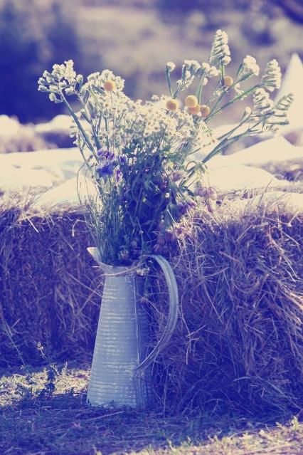 wedding decor ceremony straw bales sunflower - La Fabrique à Rêves wedding planner