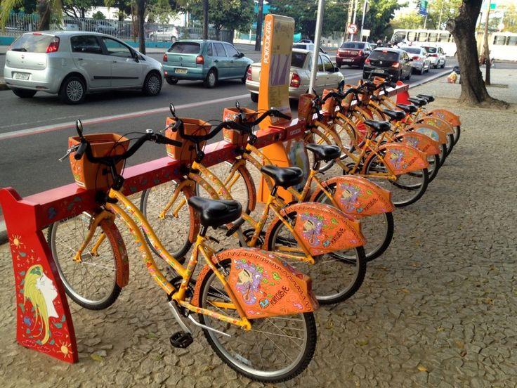 """Porto Digital anuncia Bike Box, espaço com estrutura e conforto para ciclistas  Recife vai ganhar mais uma estação de aluguel de bicicletas, mas agora com uma estrutura melhor. Batizada de """"Bike Box"""", o espaço terá alojamentos com banheiros, chuveiros e armários. Há também lugar para quem quiser guardar sua própria bicicleta. A previsão é inaugurar até dezembro deste ano.    Esse Bike Box vai funcionar em um prédio do Porto Digital, na Rua do Lima, em Santo Amaro, no Centro. O polo ainda pl"""