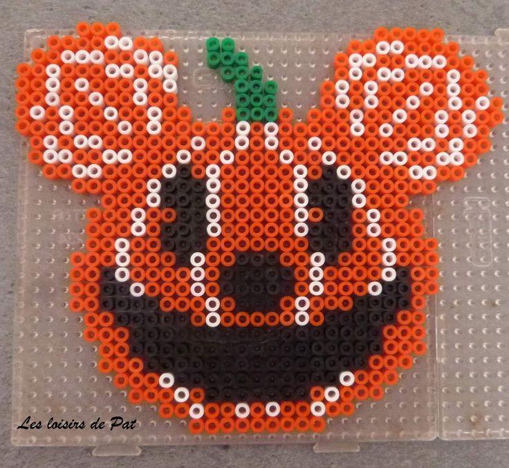 Pour réaliser ce modèle, il vous faut 1 grande plaque carrée. Retrouvez Minnie Halloween ici et tout les modèles de perles à repasser pour Halloween ici. Et pour suivre l'actu du blog sur ma page Facebook : ici