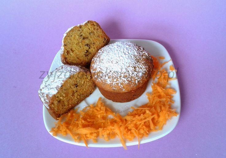 Babeczki marchewkowe bezglutenowe i bezmleczne. Szybkie w wykonaniu i bardzo smaczne. Więcej na zyjzdrowokolorowo.pl :) Składniki:  1 szklanka mleka, 1 szklanka mąki kukurydzianej, 0,5 szklanki mąki ryżowej, ¾ szklanki cukru, jeśli wolicie słodsze dodajcie więcej, 1,5 – 2 łyżeczki sody albo proszku do pieczenia, 1-2 łyżeczki cukru waniliowego, ¾ – 0,5 szklanki oleju rzepakowego, 2 łyżki siemienia lnianego lub jajko, Wszystko mieszamy i pieczemy ok 20 minut w temperaturze 180 stopni.